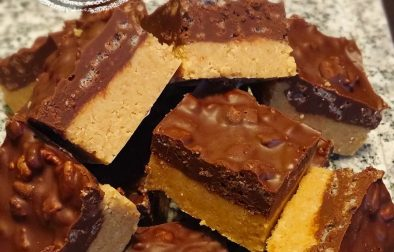 Carrés décadents au chocolat et au beurre d'arachide sans cuisson - Auboutdelalangue.com